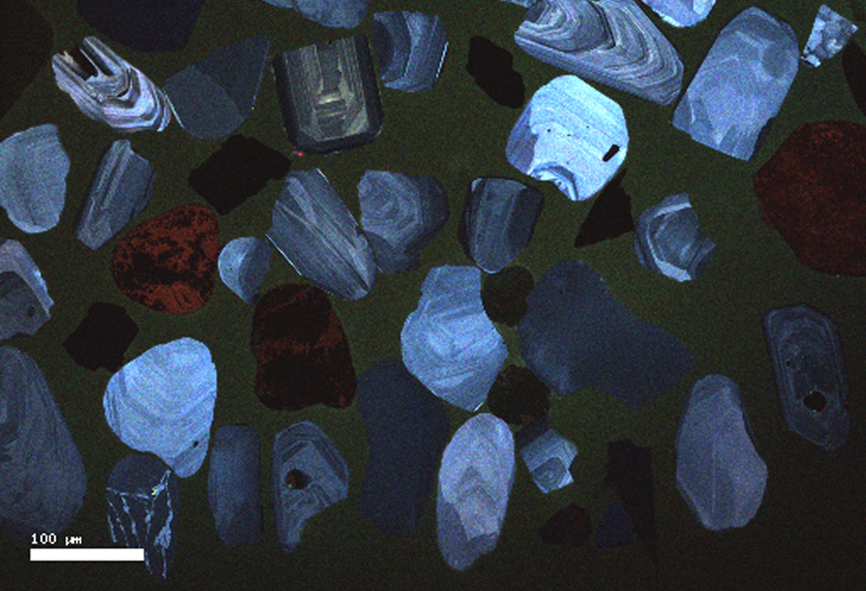 La datation par l'uranium-plomb de grains de sable (appelés zircons et montrés dans l'image ci-dessus) provenant des sables bitumineux en Alberta montre que plusieurs de ces grains semblent provenir de roches de la chaînes des Appalaches qui traverse l'est de l'Amérique du Nord. (Crédit photo : Riley Brandt, Université de Calgary)