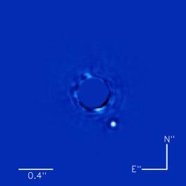 Une image obtenue grâce à l'imageur de planètes Gemini de l'exoplanète Beta Pictoris b (le point lumineux) en orbite autour de son étoile (au centre). La lumière de l'étoile a été soustraite de l'image. (Crédit : Bruce Macintosh et al.)