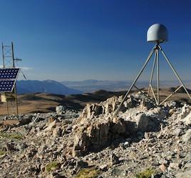 Des stations GPS comme celle-ci sont utilisées afin de mesurer le soulèvement de la vallée de San Joaquin en Californie causé  par l'épuisement des eaux souterraines. Ce phénomène serait même à l'origine de petits séismes. (Crédit : UNAVCO)
