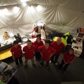 Ross Lockwood (deuxième à partir de la gauche) vit à l'intérieur d'un dôme depuis le 28 mars et y restera pour les 4 prochains mois afin de simuler une mission sur Mars. (Crédit: Hawaii Space Exploration Analog & Simulation)
