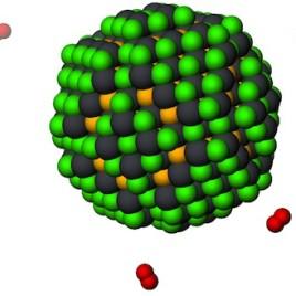 Le point quantique ci-dessus est une nanoparticule faite à partir d'un semiconducteur. Les atomes de plomb (en gris) et de soufre (en jaune) sont vulnérables à l'attaque de l'oxygène (en rouge) dans l'air. Une nouvelle étude montre comment ajouter une couche protectrice faite à partir d'atomes de chlore et de fluor (en vert) capable de résister à l'oxygène et permet d'utiliser de manière plus efficace ces points quantiques dans des piles photovoltaïques. (Crédit : Zhijun Ning et Oleksandr Voznyy)