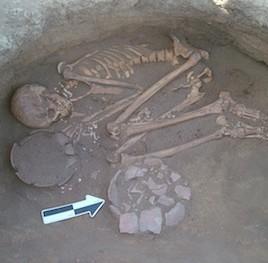 Sépulture d'un jeune homme à Al Khiday au Soudan. En analysant la plaque dentaire trouvée sur les dents de squelettes trouvés à cet endroit, des chercheurs ont une meilleure compréhension de la diète des populations qui vivaient dans cette région il y a 10 000 ans. (Crédit: Donatella Usai, Centro Studi Sudanesi and Sub-Sahariani (CSSeS))