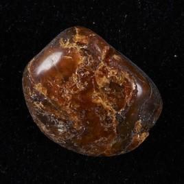 L'ambre est un matériau extrêmement durable, bien plus que les polymères artificiels. Des chercheurs ont utilisé une technique de combustion lente afin de mieux comprendre la structure chimique qui détient le secret de la durabilité de l'ambre. (Photo :  gouvernement du Canada, Institut canadien de conservation, CCI 123773-0025)