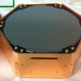 Prototype d'un détecteur au germanium qui servira dans une expérience conçue pour étudie la matière sombre. (Crédit:
