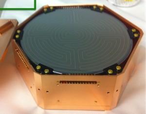 Prototype d'un détecteur au germanium qui servira dans une expérience conçue pour étudie la matière sombre. (Crédit: )