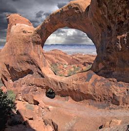 Cette arche à double voûte se trouve dans le parc national des Arches en Utah aux États-Unis. (Crédit: Michael Atman)