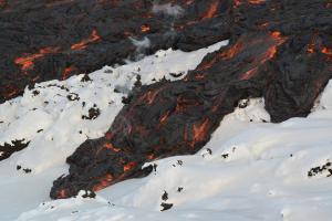 De la lave s'écoule sur de la neige lors de l'éruption du volcan Tolbachik à Kamtchatka en Russie en 2012-2013. (Photo: Benjamin R. Edwards)